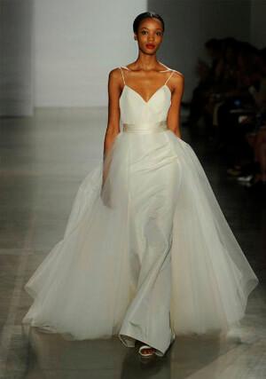Фото: Пышное свадебное платье с двойной юбкой