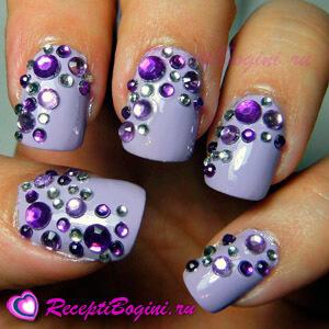 Фото: Дизайн ногтей к 8 марта со стразами - фиалковый