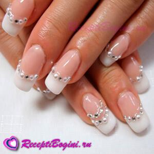 Фото: Дизайн ногтей к 8 марта со стразами - белый френч