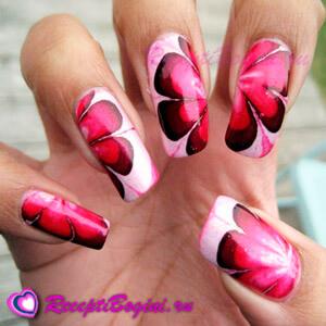 Фото: Дизайн ногтей к 8 марта с крупными цветами