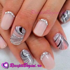 Фото: Модный дизайн ногтей - нюд со стразами и рисунком
