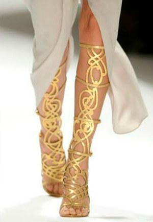 Фото: Обувь к греческому свадебному платью