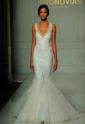 Фото: Свадебное платье русалка: тренд 2016 — глубокое декольте и открытые плечи