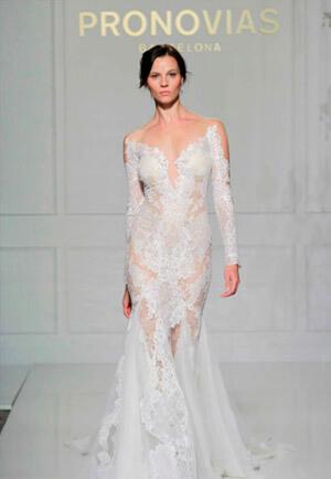 Фото: Свадебное платье русалка: — глубокое декольте и открытая спина